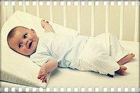 Когда подкладывать подушку грудничку?