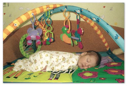 Уснул на развивающем коврике.
