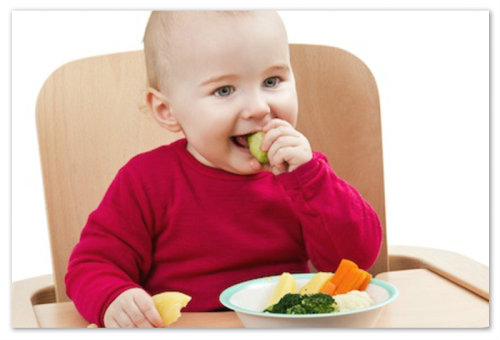 Малыш обедает