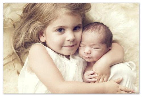 Малыш с сестренкой
