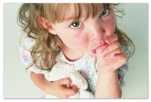 Девочка сосет палец