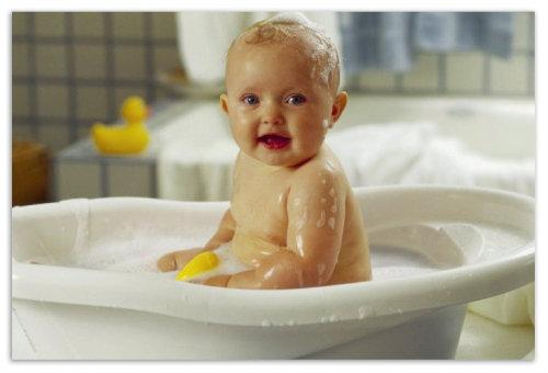 Ребенок в ванной.