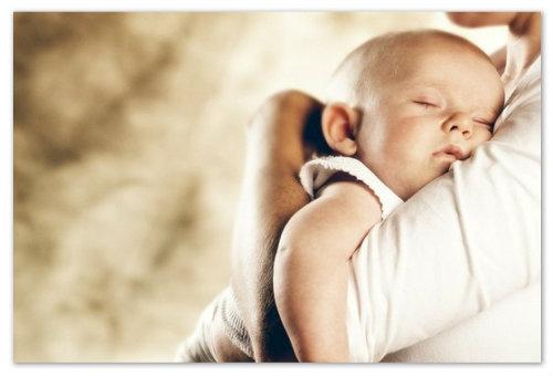 Ребенок на руках у мамы.