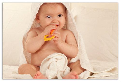 Ребенок в полотенце.