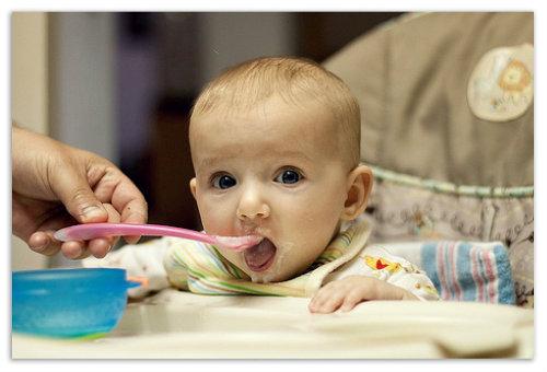 Малаш есть с ложечки.