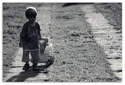 Мальчик с машинкой.