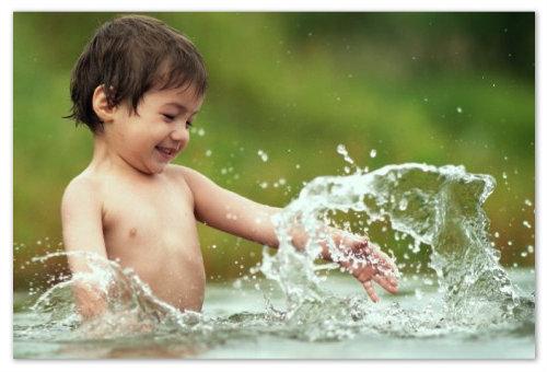 Мальчик в воде.