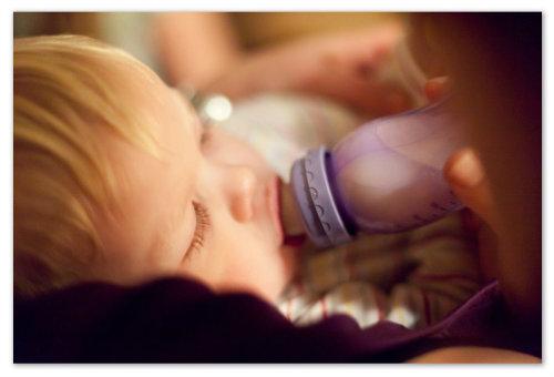 Ребенок пьет молоко.