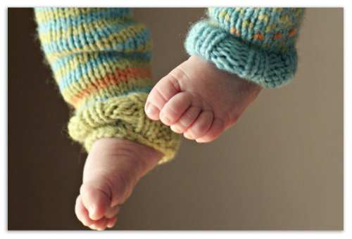 Ножки младенца в крагах.
