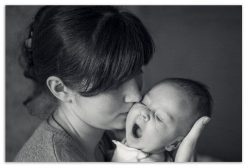 Ребенок зевает.