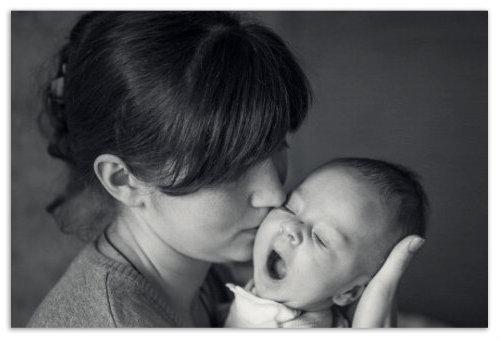 Мама с зевающим младенцем.