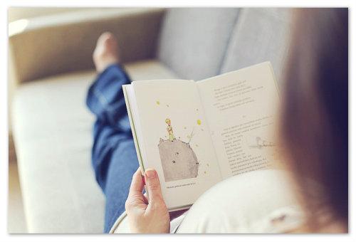 Мама читает книгу.