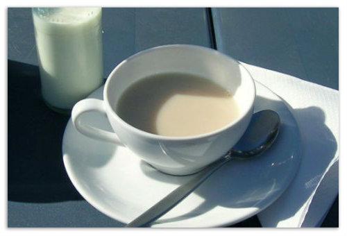 Чай и бутылка молока.
