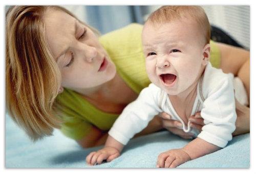 Мама успокаивает ребенка.