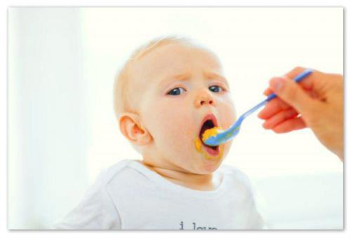 Ребенок ест пюре.
