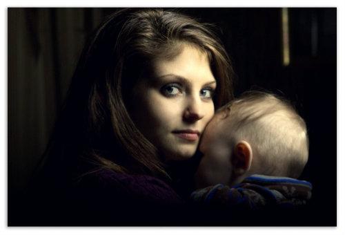 Молодая мама обнимает сынишку.