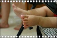 Парим ноги ребенку
