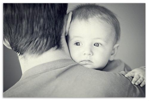Ребенок на руках у папы.