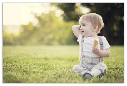 Мальчик на лужайке.