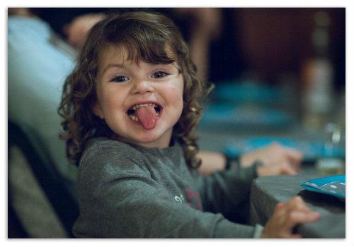 Ребенок показывает язык.