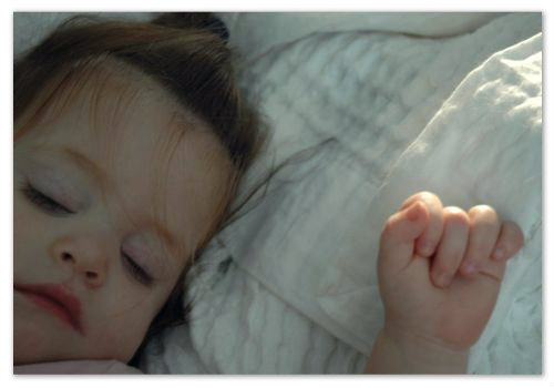 Ребенок болеет и спит.
