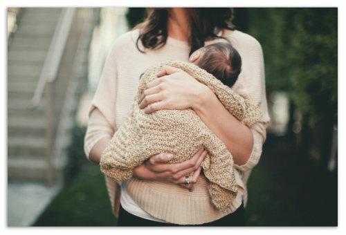 Ребенок на руках на прогулке.