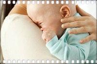 Ребенок запрокидывает голову