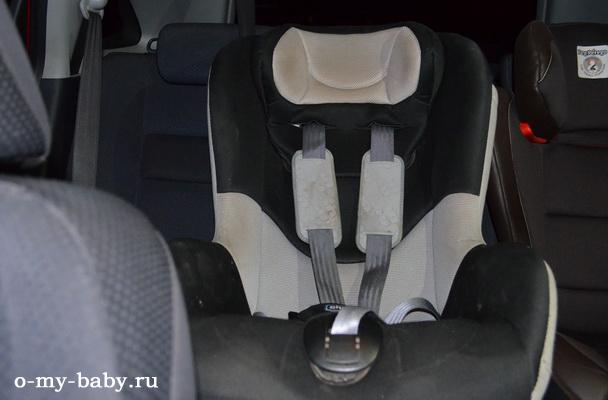Место на заднем сиденье автомобиля.