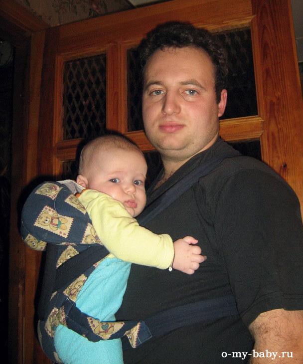 Папа носит сына в кенгуру и хочет спать, а сын ни в одном глазу.