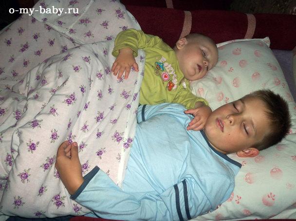 Два брата заснули вместе.