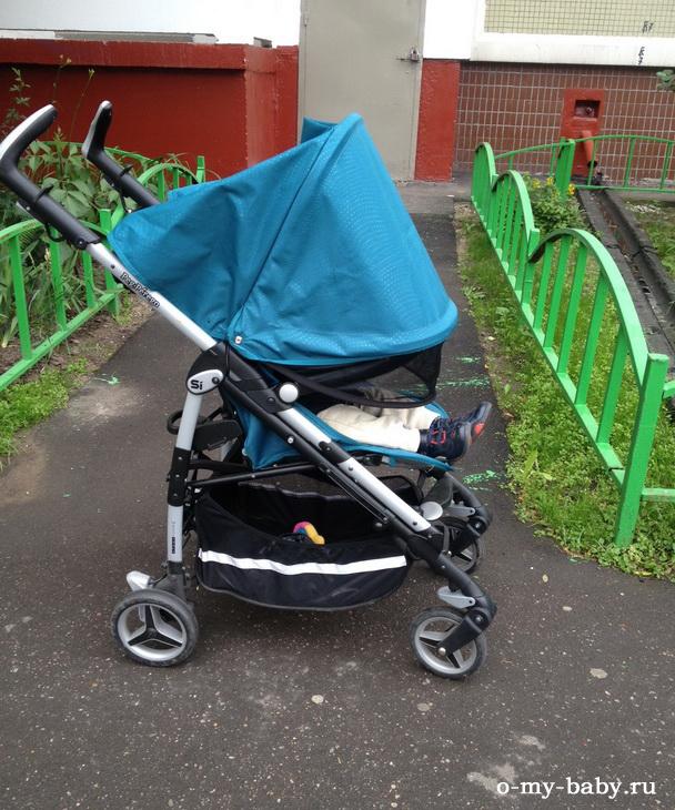 Капюшон опускается и полностью закрывает ребёнка от дождя.