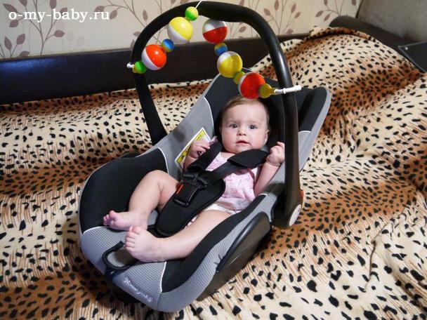 Дочке нравится качаться в автомобильном кресле.