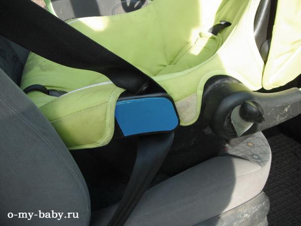 Автомобильное кресло устанавливается на переднем сидении и крепится ремнями безопасности.