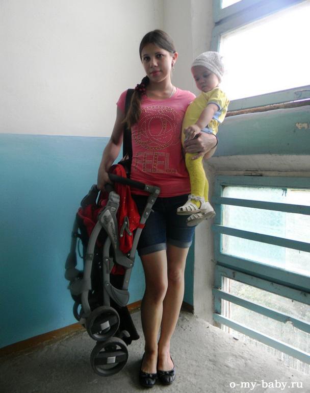 Мама с дочкой возвращаются с прогулки домой.