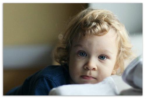 Ребенок у окна.