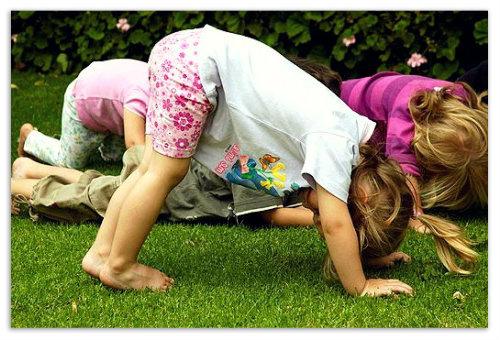 Девочки выполняют упражнения.