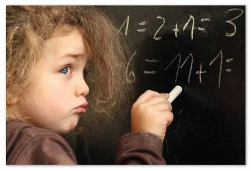 Девочка решает примеры.