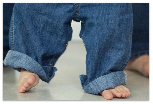 Мальчик в джинсах.