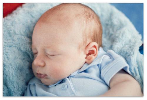 Дитя крепко спит.