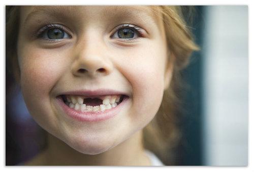Девочка улыбается.