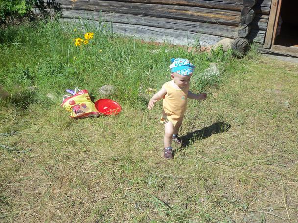 Маленьки мальчик идёт по траве.