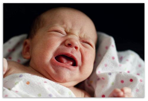 Малыш плачет.