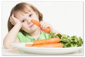 Девочка есть морковь.