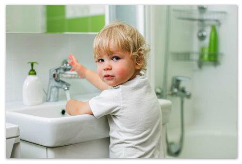 Мальчик моет руки.