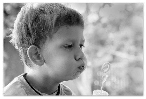 Мальчик и воздушные пузыри
