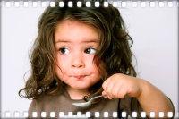 Девочка ест творог