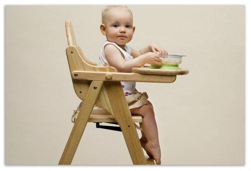 Сидит на обеденном стульчике