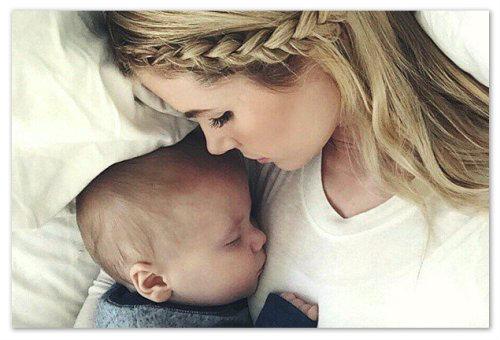 Ребенок и мать спят
