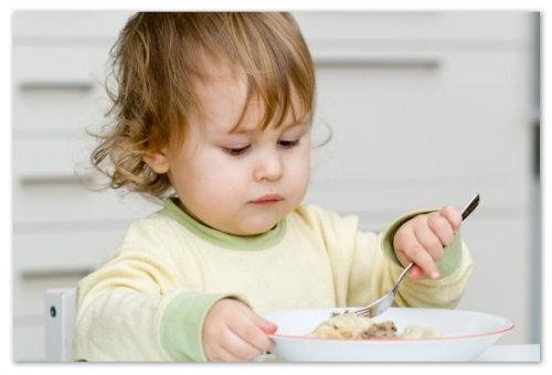 Девочка ест