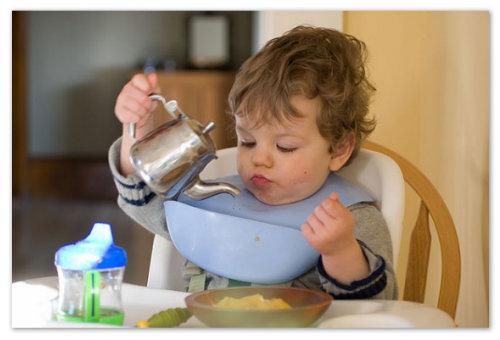 Мальчик пьет чай